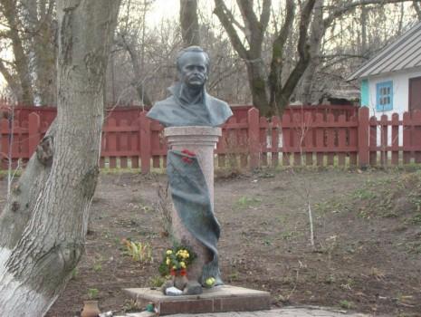 Бюст В'ячеслава Чорновола на території садиби в селі Ольховець