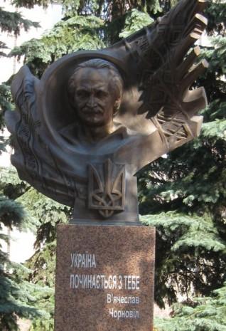 Пам'ятник В'ячеславу Чорноволу в Хмельницькому