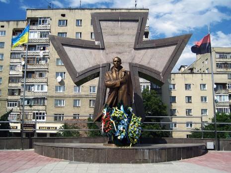 Пам'ятник Бандері в Івано-Франківську
