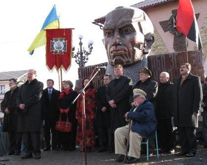 Гранітний постамент Степану Бандері в Івано-Франківську
