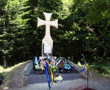 Пам'ятний хрест на місці загибелі Романа Шухевича