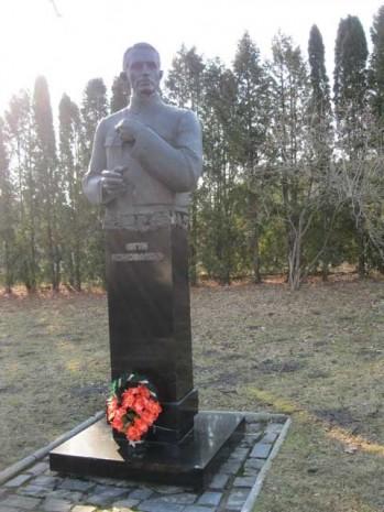 Пам'ятник Євгену Коновальцю в с. Зашків