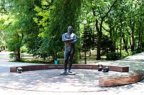 Памятник Івану Піддубному в Ейську