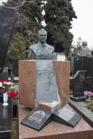 Могила Івана Кожедуба у Москві