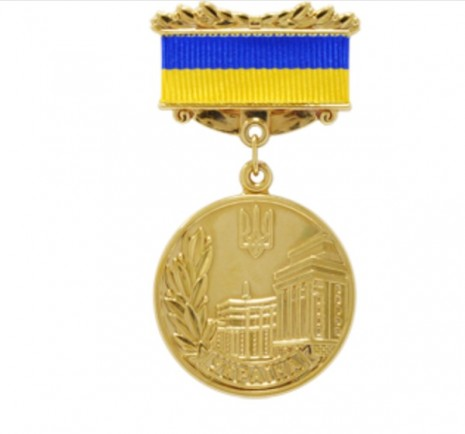 Памятный знак, вручаемый награждаемому лицу вместе с Почетной грамотой Кабинета министров Украины