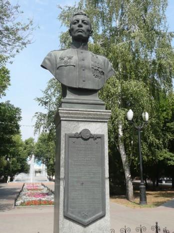 Бронзовий бюст Василю Петрову в Тамбові