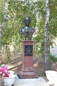 Бюст Василю Петрову в Токмаці