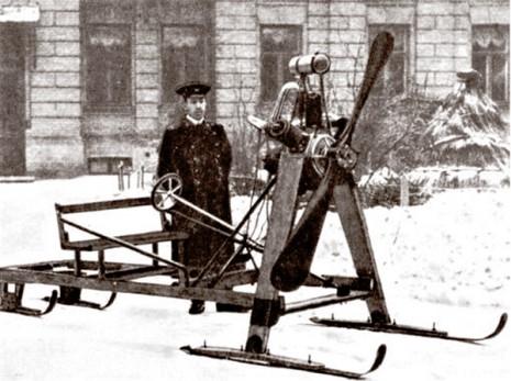 Одна з машин, сконструйованих Ігорем Сікорським, - аеросани (у дворі будинку номер 15 на Ярославовому Валу. 1910 р.)