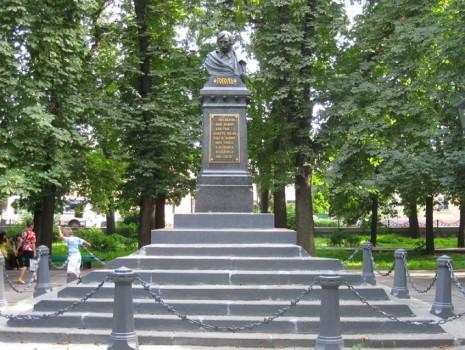 Памятник Николаю Гоголю в Нежине