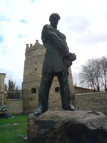 Пам'ятник Устиму Кармелюку на його могилі