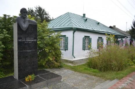 Памятник Ивану Нечуй-Левицкому возле литературно-мемориального музея в Стеблеве