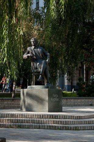 Памятник Лесю Курбасу в Киеве