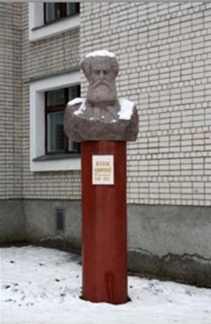 Бюст Панаса Мирного у дворі Миргородської школи №1