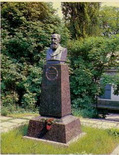 Пам'ятник Панасу Мирному у Полтаві