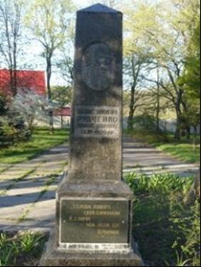 Пам'ятник на могилі Панаса Мирного у Зеленому Гаю в Полтаві