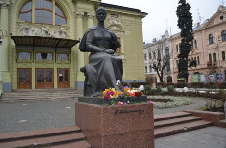 Пам'ятник Ользі Кобилянській в Чернівцях