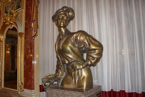 Бронзовый памятник Саломеи Крушельницкой в зеракльном зале Львовского театра оперы и балета