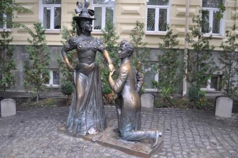 Памятник Проне Прокоповне и Свириду Голохвастову - героям пьесы Михаила Старицкого в Киеве