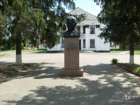 Бюст Євгена Маланюка в Новоархангельську