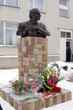 Памятник Уласу Самчукав в с. Телявка