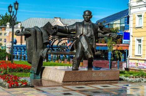 Памятник Уласу Самчуку в Ровном