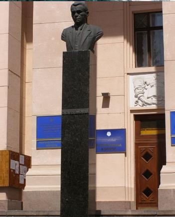 Бюст Александра Богомольца перед морфологическим корпусом медицинского университета в Киеве