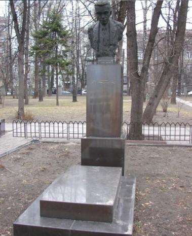 Памятник Александру Богомольцу в мемориальном парке им. Богомольца
