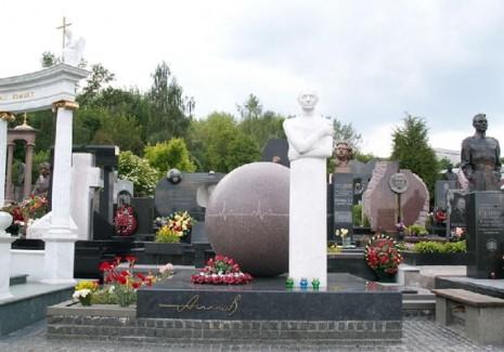 Могила Миколи Амосова на Байковому кладовищі в Києві