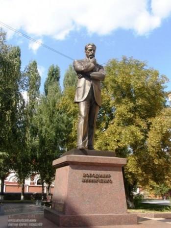 Памятник Владимиру Винниченку в Кировограде