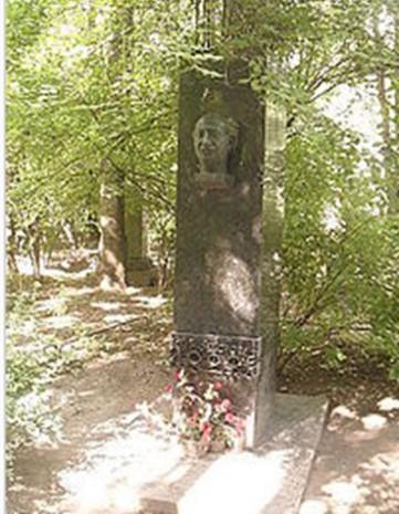 Памятник Иоффе на Литераторских мостках кладбища Санкт-Петербурга