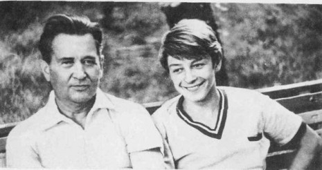 Олесь Гончар с сыном Юриейм, Одесса, 1970