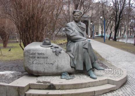 Памятник Олесю Гончару в Киеве