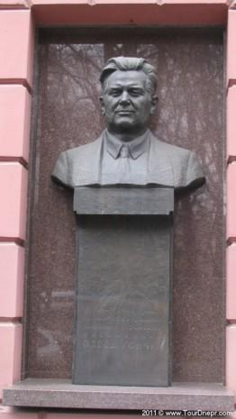 Памятник-бюст Олесю Гончару в Днепропетровске