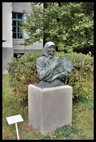 Памятник Марии Примаченко в Яготыне