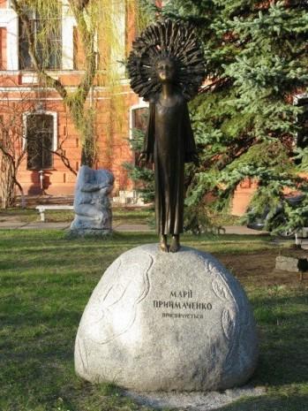 Скульптура в честь Марии Примаченко в Киеве