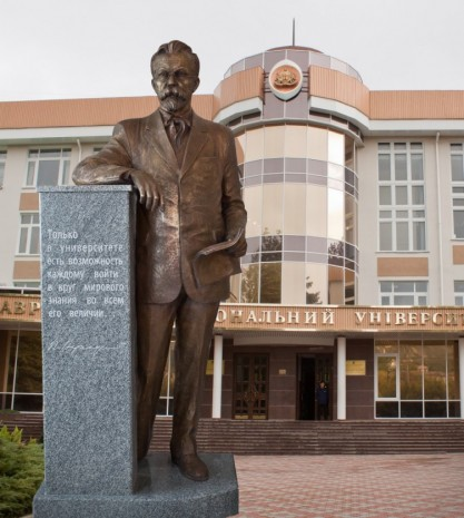 Монумент на честь Володимира Вернадського біля головного корпусу Таврійського національного університету
