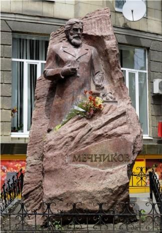 Памятник Мечникову против Парсетровского университета в Харькове