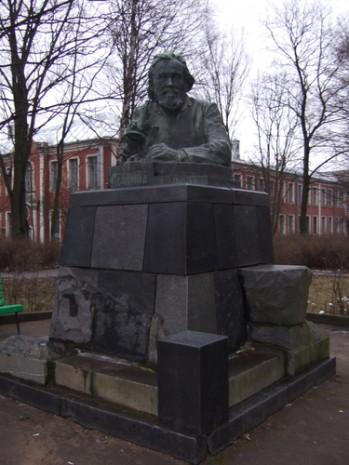 Памятник Илье Мечникову на территории больницы Петра Великого в Санкт-Петербурге