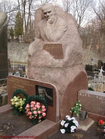 Памятник на могиле Остапа Вишни