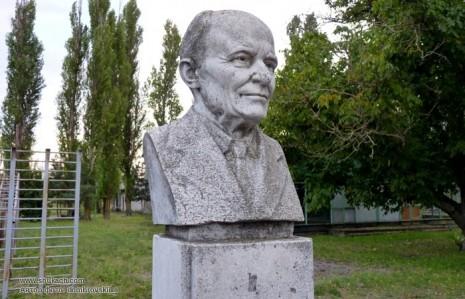 Памятник-бюст Остапа Вишни в с. Кринки