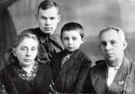 Рильський з дружиною, сином и Михайлом Стельмахом в Уфі