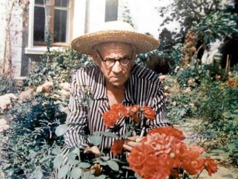 Рильський у квітнику біля «мануару»
