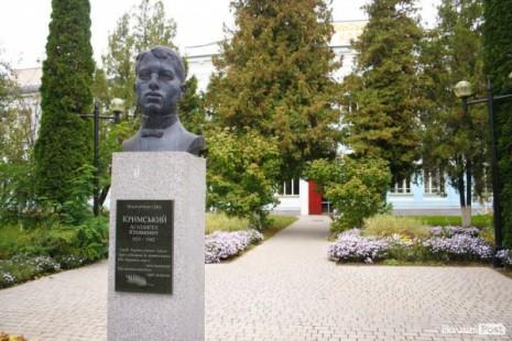 Бюст Агатангела Крымского возле Педагогического колледжа во Владимир-Волынском
