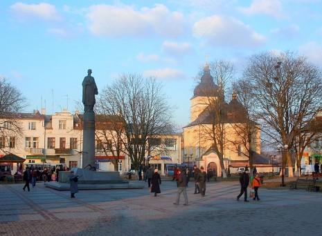 Площадь в Рогатыне с памятником Роксолане, 2008