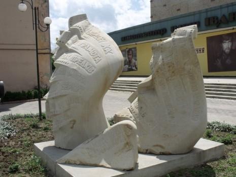Памятник Ивану Миколайчуку в Черновцах