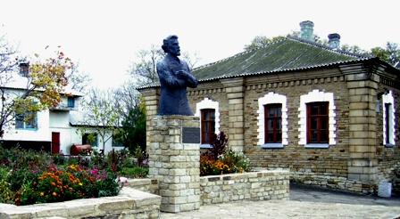 Музей и памятник Борису Гринченко в с. Алексеевка