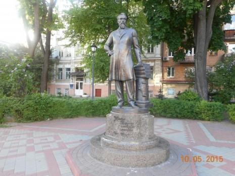 Пам'ятник Борису Грінченку поряд із Київським університетом ім. Бориса Грінченка в Києві