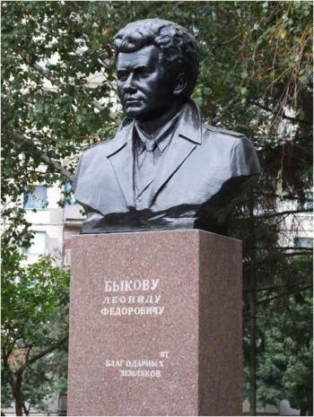 Бронзовий бюст Леоніду Бикову в Краматорську