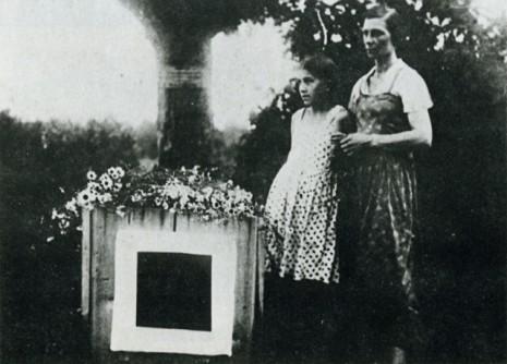 Наталія Манченко і Уна Малевич біля місця поховання Малевича