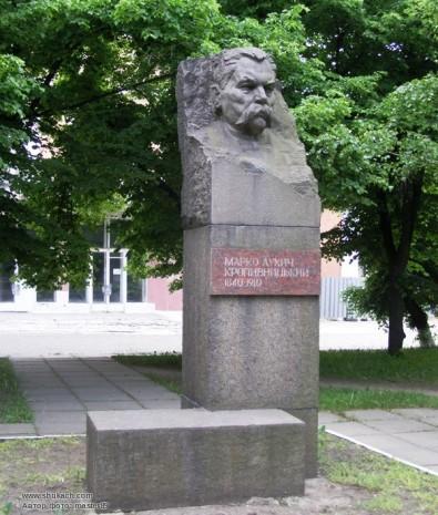 Пам'ятник-бюст Марка Кропивницького біля Театру Корифеїв в Кропивницькому